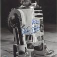 KENNY BAKER (1934 – 2016) Acteur Britannique connu pour avoir joué dans les six premiers épisodes de la saga Star Wars Photo officielle avec signature autographe 130€